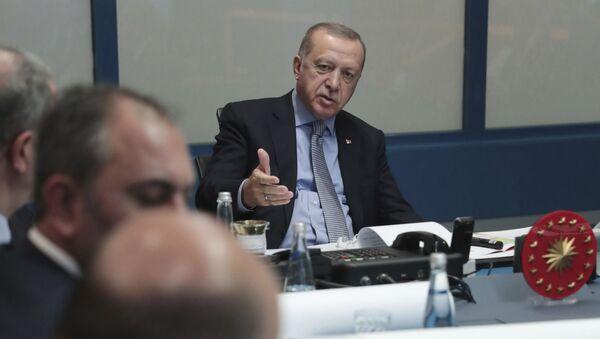 Turecký prezident Recep Tayyip Erdogan na společném zasedání s tureckými vojenskými představiteli a vládnoucí stranou AKP v Ankaře (9. 10. 2019) - Sputnik Česká republika
