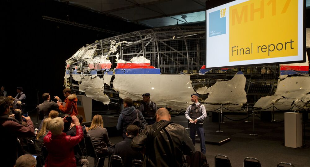 Úlomky Boeingu 777 během prezentace výsledků vyšetřování katastrofy letu MH17