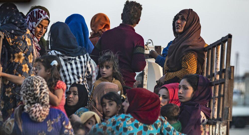 Arabští a kurdští uprchlíci se snaží uniknout turecké invazi (9. 10. 2019)