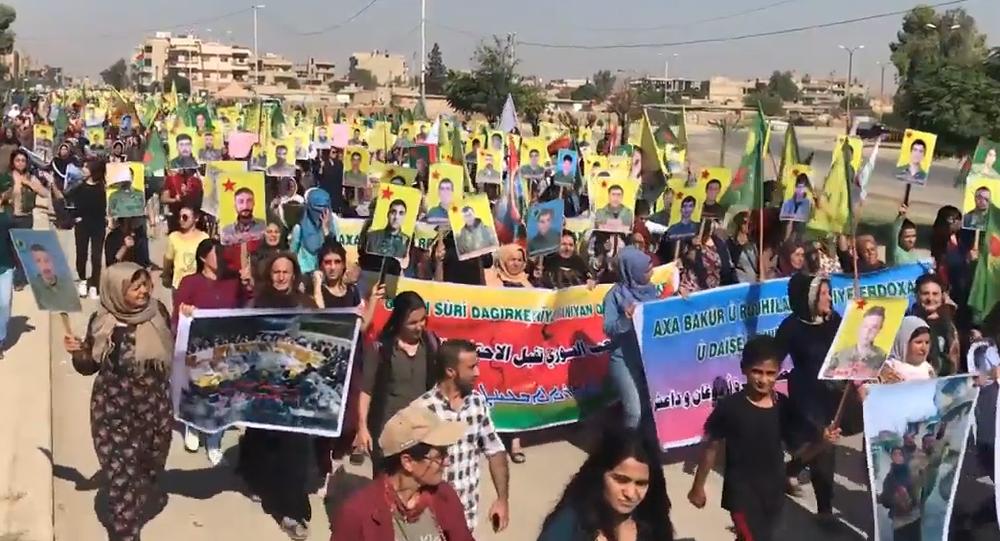 Video: Hromadné protesty Kurdů probíhají na turecké–syrské hranici a po celém světě