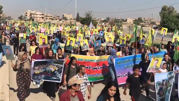 Video: Hromadné protesty Kurdů probíhají na turecké–syrské hranici a po celém světě   - Sputnik Česká republika