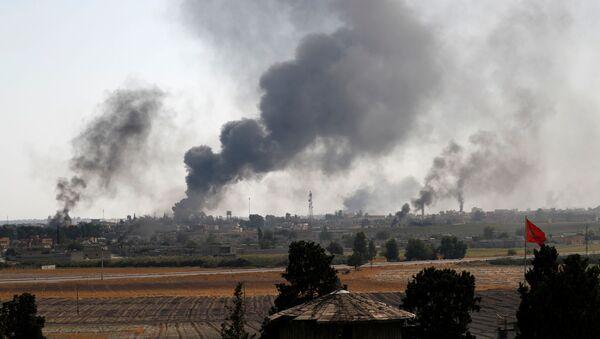 Kouř nad syrským městem Tell Abyad. Ilustrační foto - Sputnik Česká republika