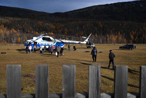 Mi-8 vrtulník společnosti Angara Airlines na letišti obce Alygdžer v Irkutské oblasti - Sputnik Česká republika
