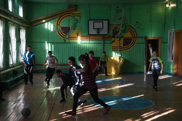 Děti hrají fotbal ve školní tělocvičně - Sputnik Česká republika