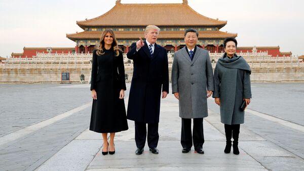 Prezident USA Donald Trump a americká první dáma Melania navštěvují Zakázané město s čínským prezidentem Si Ťin-pchingem a první dámou Číny Peng Liyuan - Sputnik Česká republika