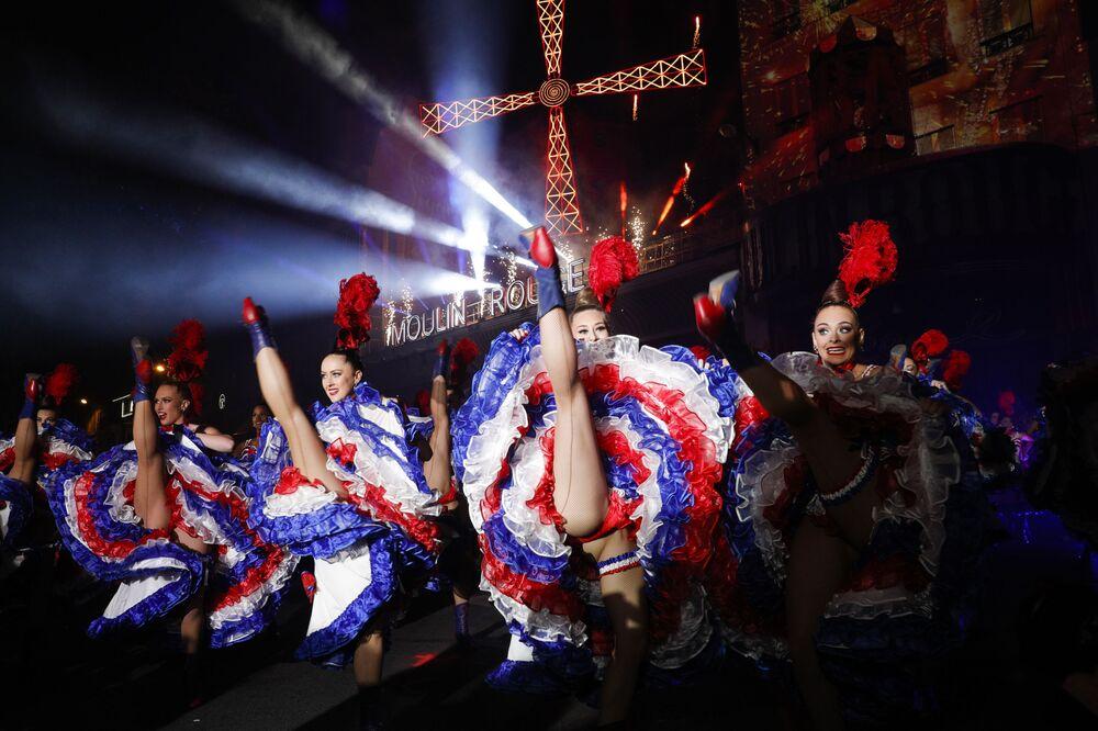 Tanečící dívky během oslav 130. výročí nejstaršího francouzského kabaretu Moulin Rouge v Paříži