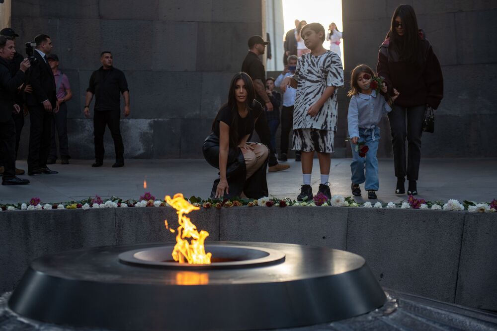 Kim Kardashian klade květiny u Věčného plamene v pamětním komplexu Tsitsernakaberd v Jerevanu