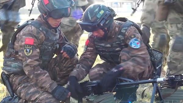 Video: Ruští a čínští vojáci jako jedna vojenská jednotka na protiteroristických vojenských cvičeních - Sputnik Česká republika