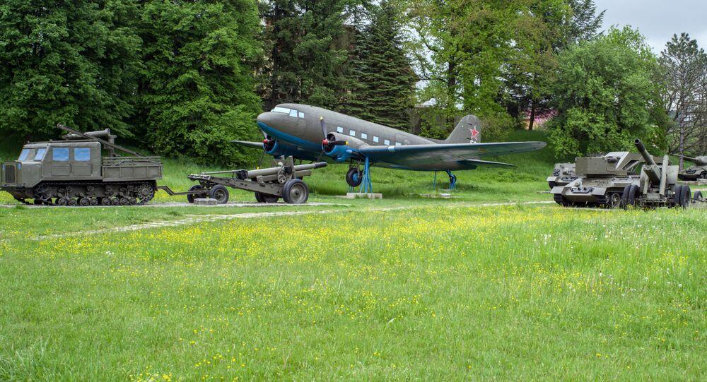 Historický sovětský letoun Lisunov Li-2 na Dukle