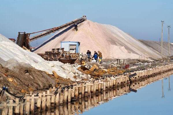 Slané jezero rodí růžovou: Produkce soli na Krymu - Sputnik Česká republika