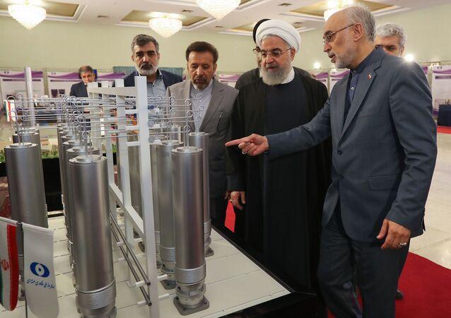 Íránský prezident Hassan Rúhání a vedoucí íránské organizace pro jadernou technologii Ali Akbar Salehi