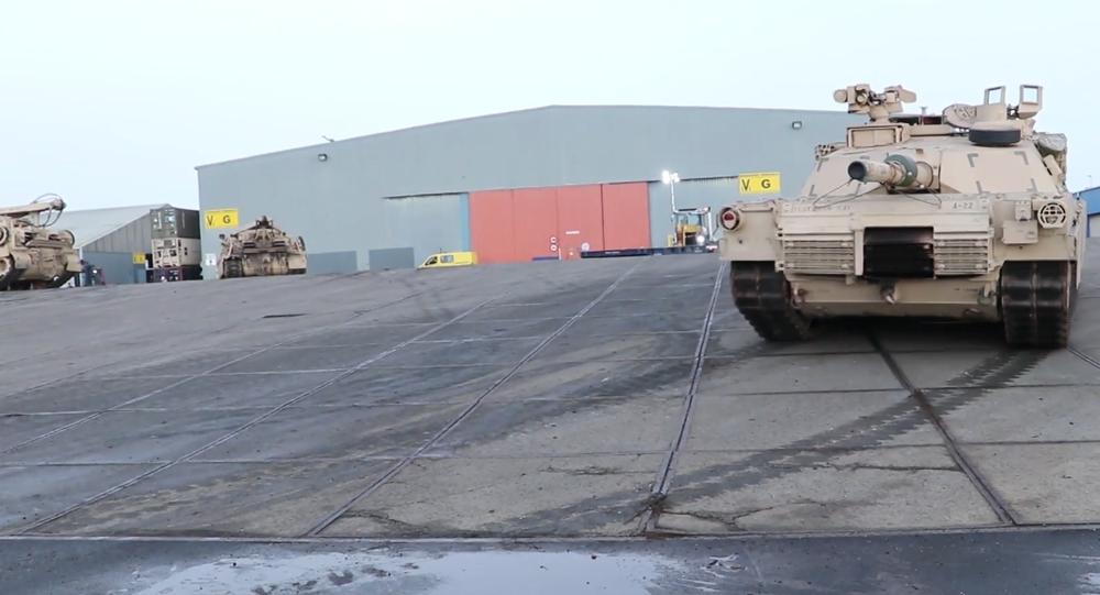 Video: USA pokračují v posilování své přítomnosti v EU dodávkami vojenských vozidel, tanků a armádního vybavení