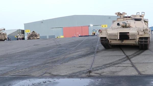 Video: USA pokračují v posilování své přítomnosti v EU dodávkami vojenských vozidel, tanků a armádního vybavení   - Sputnik Česká republika