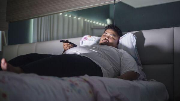 Muž spí před televizí - Sputnik Česká republika