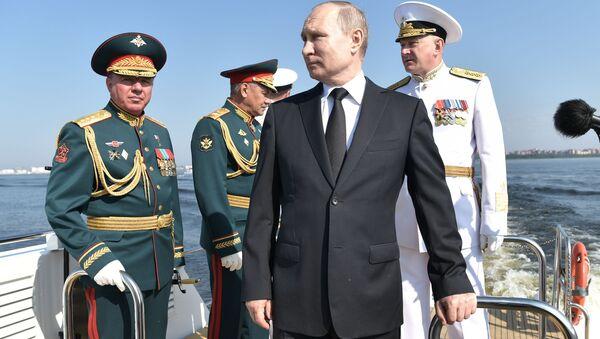 Ruský prezident Vladimir Putin na přehlídce při příležitosti Dne ruského námořnictva v Petrohradu - Sputnik Česká republika