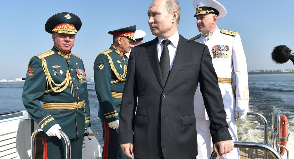 Ruský prezident Vladimir Putin na přehlídce při příležitosti Dne ruského námořnictva v Petrohradu