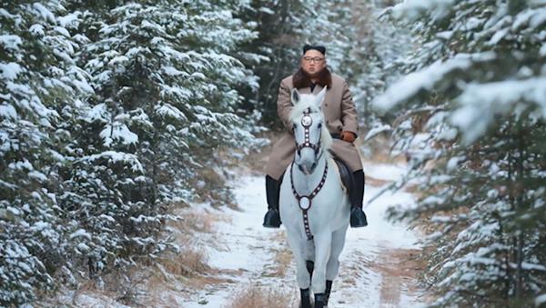 Video: Kim Čong-un v duchu pohádky Tři oříšky pro Popelku v prvním sněhu na bílém koni skáče na nejvyšší horu KLDR - Sputnik Česká republika