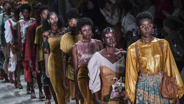 Na přehlídkové molo jako na karneval. Ty nejodvážnější modely Týdne módy v Brazílii - Sputnik Česká republika