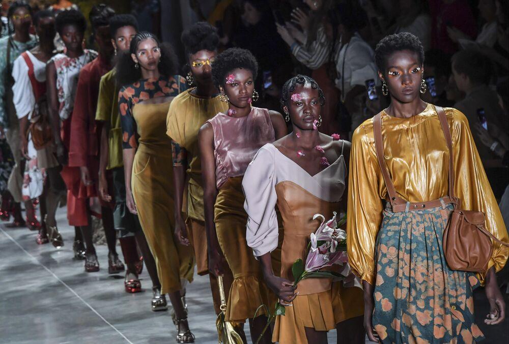 Na přehlídkové molo jako na karneval. Ty nejodvážnější modely Týdne módy v Brazílii