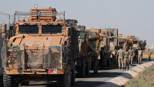 Turečtí vojáci stojí poblíž vojenských náklaďáků ve vesnici Yabisa, poblíž turecko-syrských hranic - Sputnik Česká republika