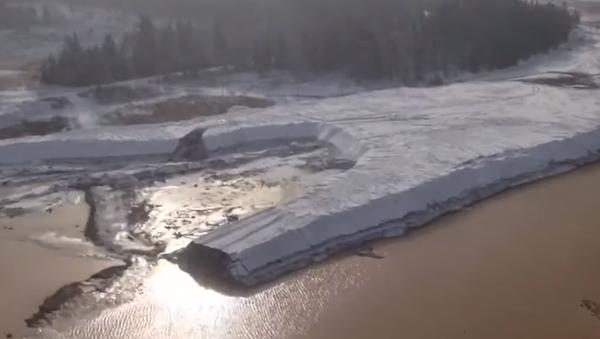 Objevilo se video z místa zničení hráze v Krasnojarském kraji - Sputnik Česká republika