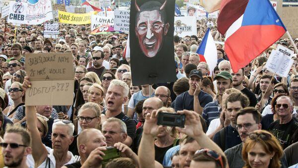 Demonstranti vyžadují rezignaci předsedy vlády v Praze 23. června 2019 - Sputnik Česká republika