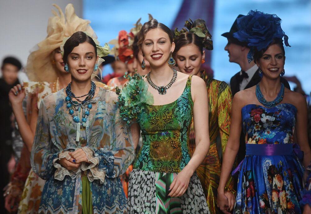 Modelky předvádějící kolekci módního návrháře Vjačeslava Zajceva na Týdnu módy Mercedes-Benz v Moskvě.