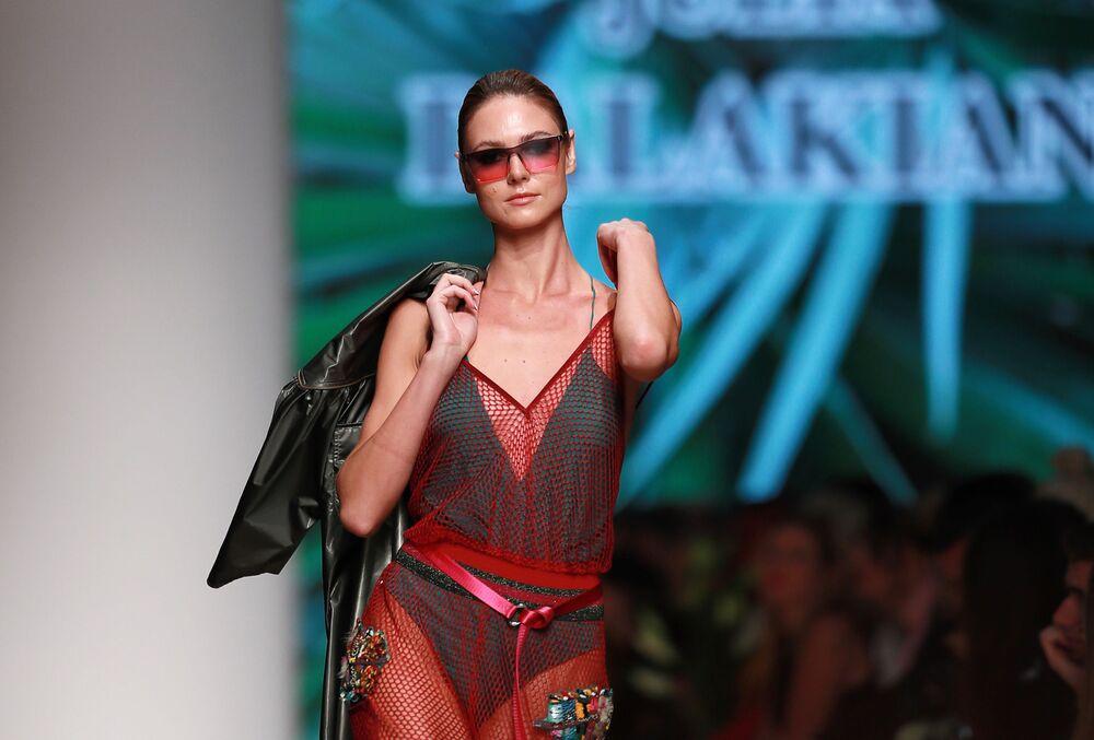 Modelka předvádějící kolekci módní návrhářky Julie Dalakian na Týdnu módy Mercedes-Benz v Moskvě.
