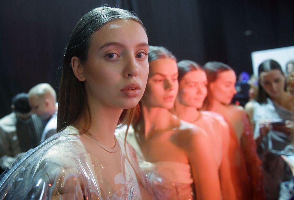 Modelka v maskérně před přehlídkou na Týdnu módy Mercedes-Benz v Moskvě.