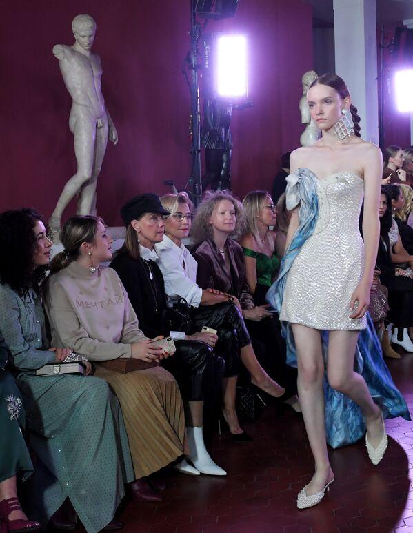 Modelka předvádějící model z kolekce módní návrhářky Aleny Achmadulliny na Týdnu módy Mercedes-Benz v Moskvě. - Sputnik Česká republika