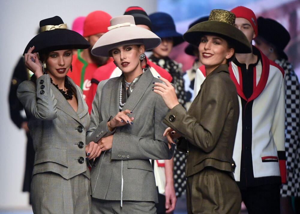Modelky předvádějící modely z kolekce s názvem Moskva a obyvatelé Moskvy, od módního návrháře Vjačeslava Zajceva na Týdnu módy Mercedes-Benz v Moskvě.