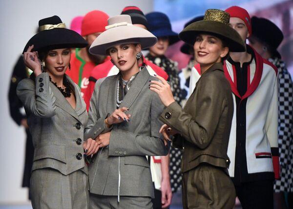 Modelky předvádějící modely z kolekce s názvem Moskva a obyvatelé Moskvy, od módního návrháře Vjačeslava Zajceva na Týdnu módy Mercedes-Benz v Moskvě. - Sputnik Česká republika
