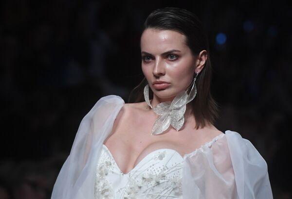 Modelka předvádí model z kolekce Speranza Couture módní návrhářky Naděždy Jusupové na Týdnu módy Mercedes-Benz v Moskvě. - Sputnik Česká republika