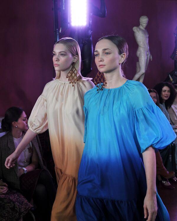 Modelky předvádějící modely z kolekce módní návrhářky Aleny Achmadulliny na Týdnu módy Mercedes-Benz v Moskvě. - Sputnik Česká republika