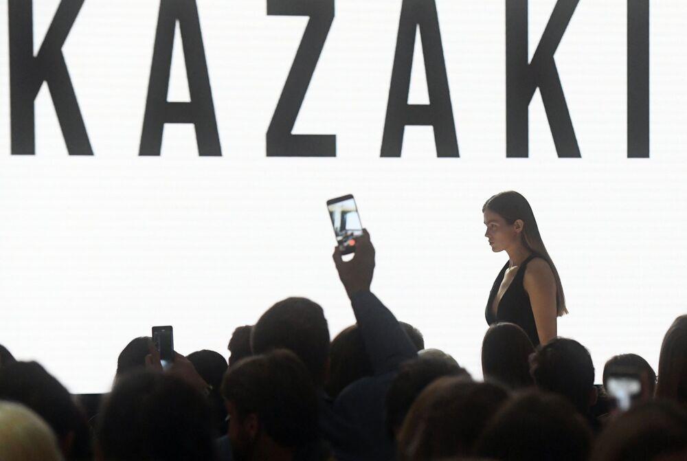 Modelka předvádějící model z kolekce PRESENTATION | KAZAKI na Týdnu módy Mercedes-Benz v Moskvě.