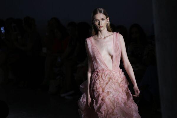 Modelka předvádí šaty značky Fabiana Milazzo během týdne mody v brazilském Sao Paulo. - Sputnik Česká republika