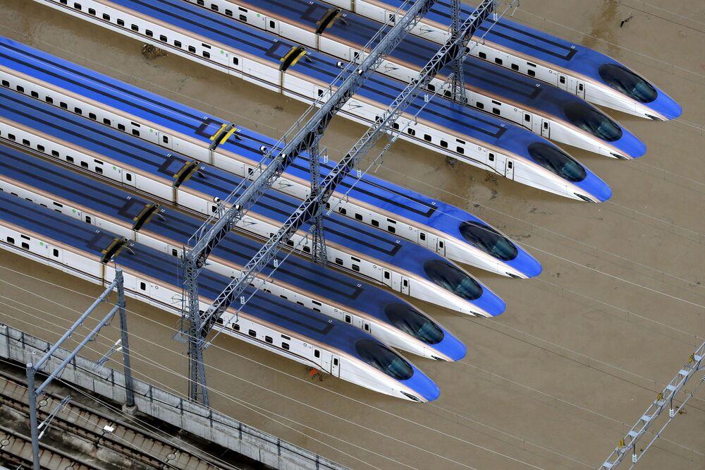 Zatopená železnice v Japonsku v důsledku tajfunu Hagibis.