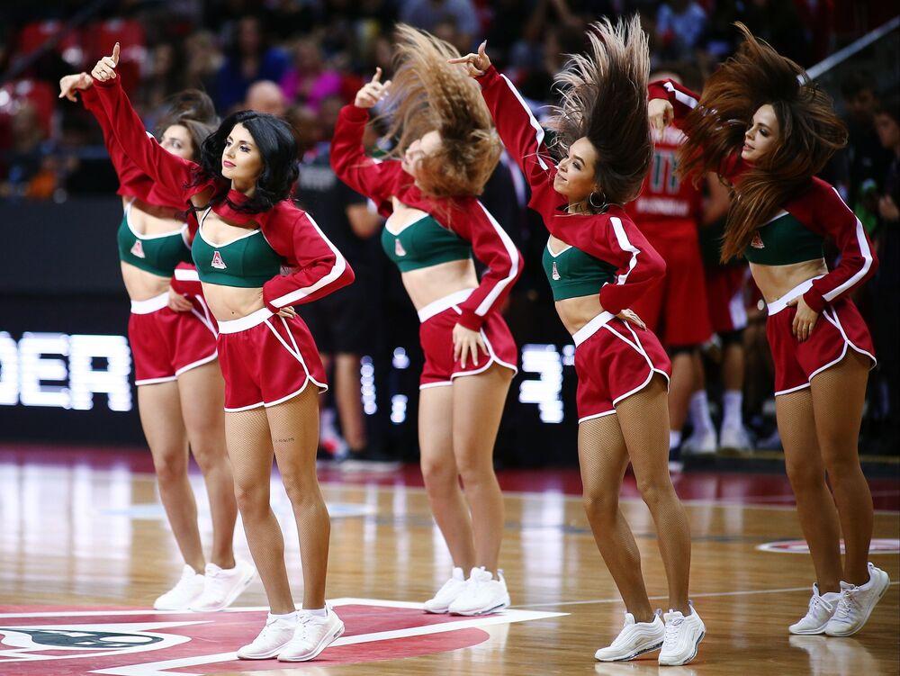 Roztleskávačky tančí během přestávky basketbalového utkání mistrovství Evropy.