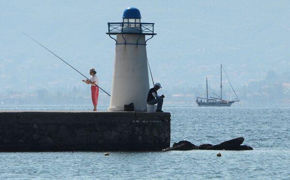 Rekreanti rybaří na pobřeží Egejského moře. - Sputnik Česká republika