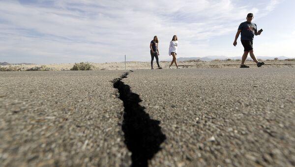 Zlom, který vznikl po silném zemětřesení v Kalifornii v USA - Sputnik Česká republika