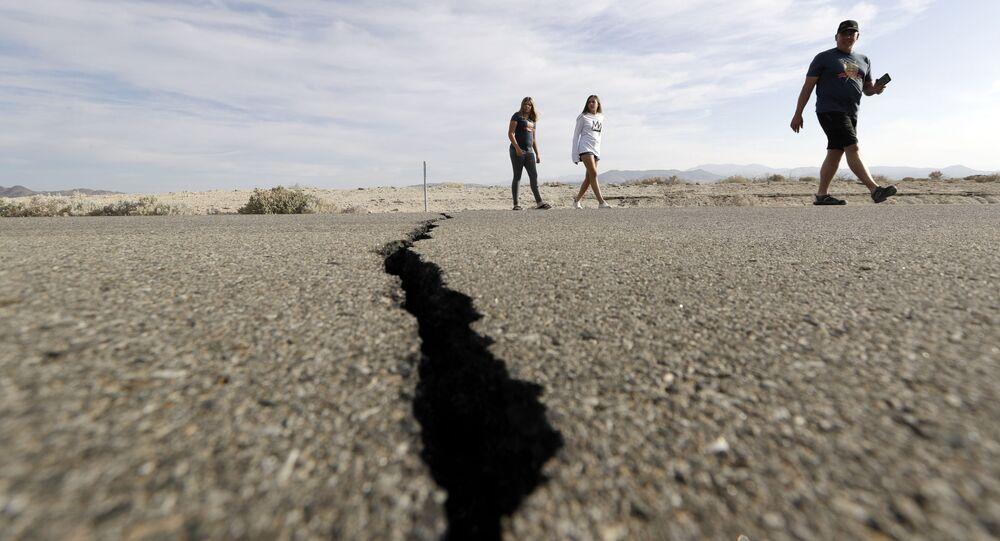 Zlom, který vznikl po silném zemětřesení v Kalifornii v USA