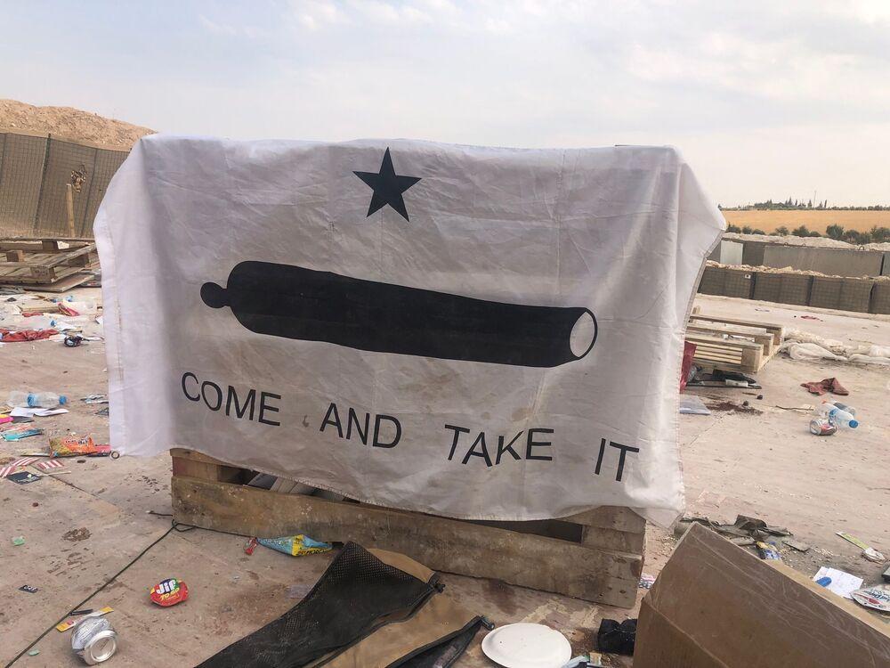 Vlajka texaských povstalců 19. století na základně USA v okolí vesnice Dadat na severovýchodě Sýrie.