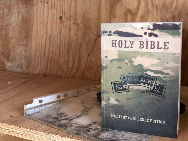 Na základně lze nalézt hodně zajímavých věcí. Například je to vojenské vydání Bible ve spojovací místnosti, pod knihou leží mapa základny a umístění sil kolem ní. - Sputnik Česká republika