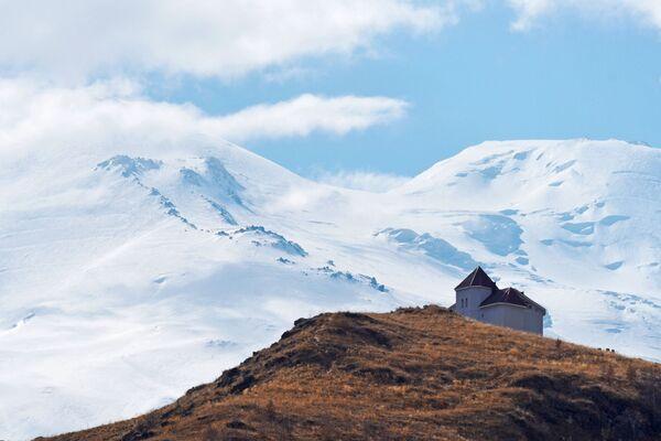 Hotel na pozadí hory Elbrus v Kabardsko-Balkarsku. - Sputnik Česká republika