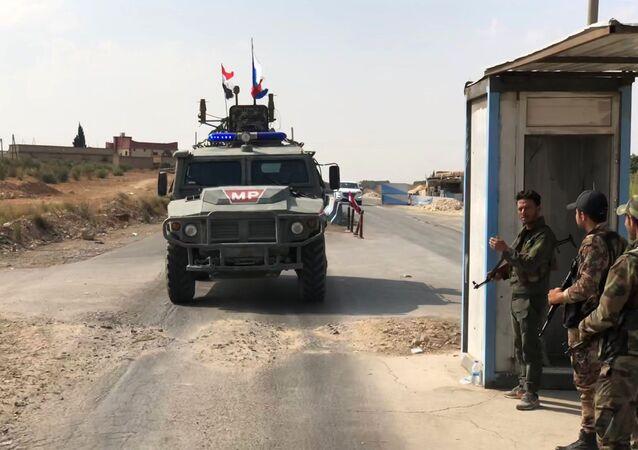 Vozidlo hlídkové služby vojenské policie Ruska v Manbidži na severovýchodě Sýrie
