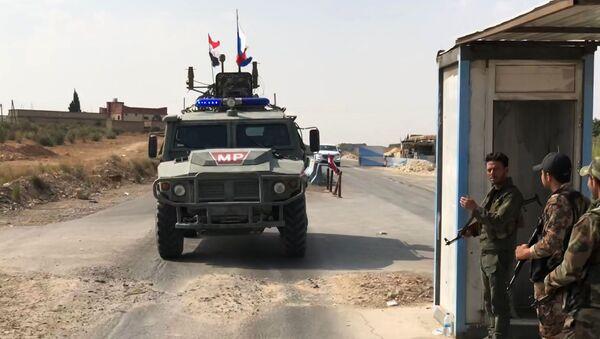 Vozidlo hlídkové služby vojenské policie Ruska v Manbidži na severovýchodě Sýrie - Sputnik Česká republika