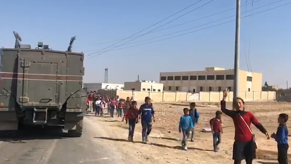 Video: Unikátní záběry, jak syrské děti reagují na začátek hlídky ruské vojenské policie - Sputnik Česká republika