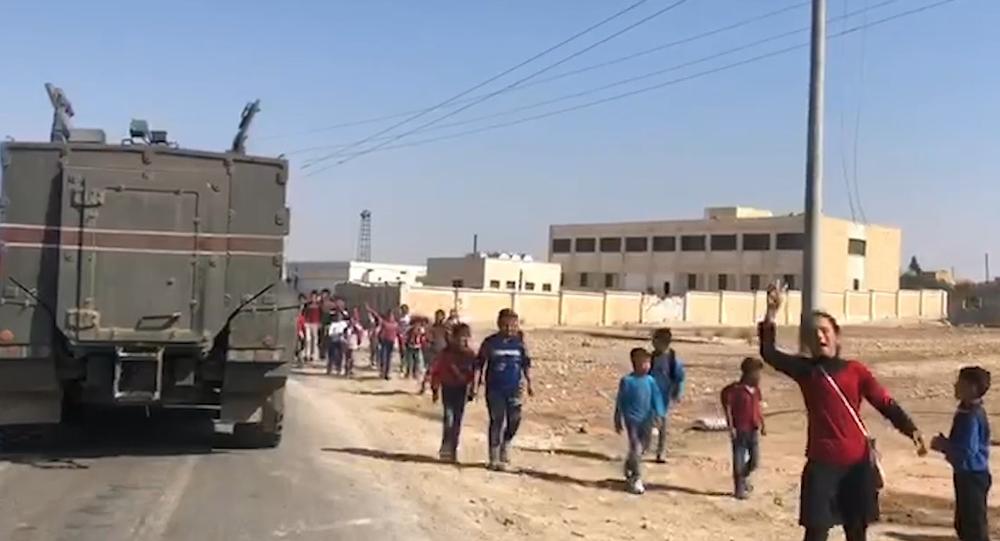 Video: Unikátní záběry, jak syrské děti reagují na začátek hlídky ruské vojenské policie