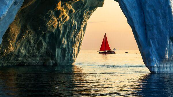 Jachta Petr I. pluje kolem ledovce ve vodách ostrova Grónsko v rámci expedice ruské společnosti Rusark. - Sputnik Česká republika