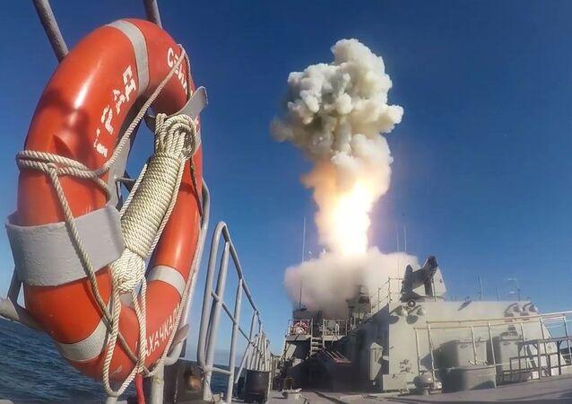 Odpálení vysoce přesné rakety s plochou dráhou letu Kalibr v Barentsově moři